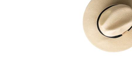 Sombrero de paja onwhite fondo aislado, concepto de vacaciones en la playa. Vista superior, enfoque selectivo