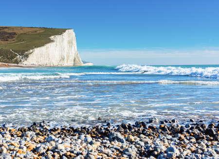 Belle plage de Cuckmere Haven entre Seaford et Eastbourne, East Sussex, Angleterre. Parc national des South Downs. Vue sur mer bleue, falaises blanches, plage, mise au point sélective