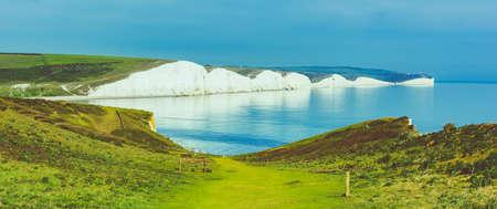 Hope Gap à pied près de Seaford, East Sussex, Angleterre. Parc national des South Downs. Vue sur mer bleue, falaises, plage, champs verts, mise au point sélective. Bannière photo longue, tonique Banque d'images
