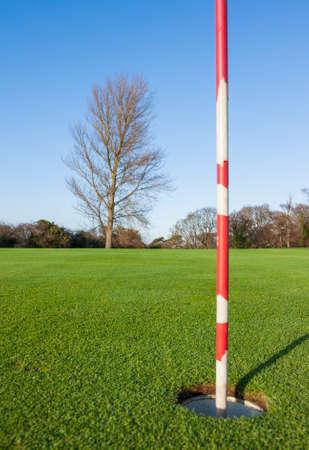 golf drapeau: Drapeau de golf dans le 18e trou