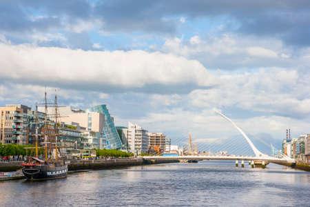 Samuel Beckett Bridge over Liffey river in Dublin 免版税图像