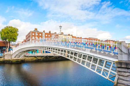 アイルランド、ダブリンのリフィー川に架かる Hapenny 橋のビュー