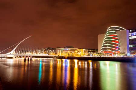 夜、アイルランドのダブリンのリフィー川のビュー 写真素材