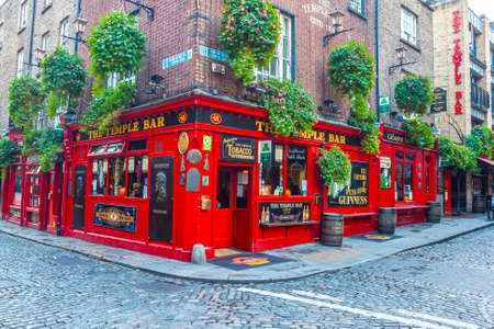 Dublin, Ireland - Oct 25, 2014: People around The Temple Bar in Dublin, Ireland on October 25, 2014 新闻类图片