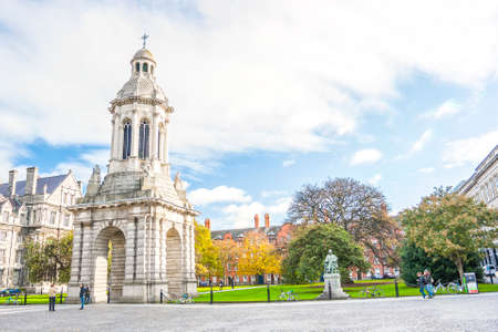 Dublin, Ireland - Oct 25, 2014: People at the courtyard of Trinity College in Dublin, Ireland on October 25, 2014 新闻类图片