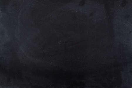 チョークで汚れた黒い黒板のテクスチャ背景