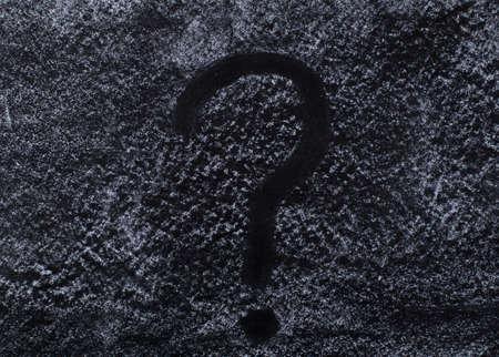 point d interrogation: Question mark sur le tableau noir sale avec la poussière de craie Banque d'images