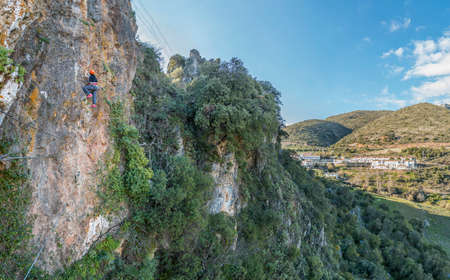 Klettersteig Outfit : Rückansicht der männlichen kletterer im outfit mit bergsteigen