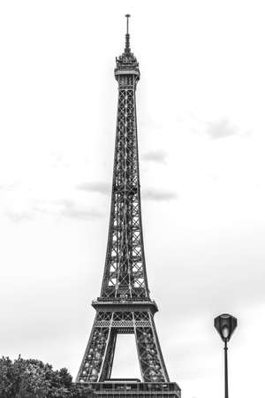 Black and white shot of tall metallic Eiffel tower in cloudless day Banque d'images