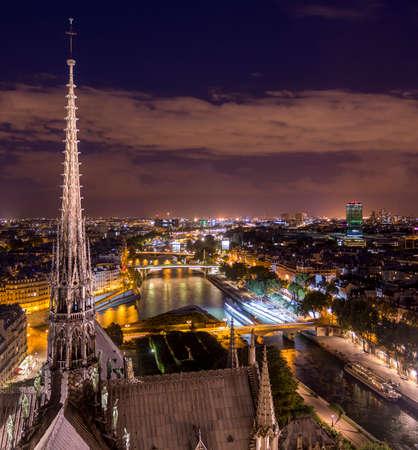 Vue de la vieille ville illuminée du point de vue de l'ancienne cathédrale gothique Notre-Dame avec une belle flèche à Paris, France Banque d'images - 99274170