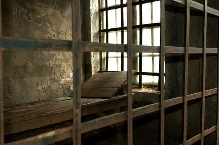 prison cell: Les lits en bois dans une cellule médiévale de prison près de la fenêtre Banque d'images