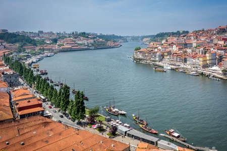 gaya: Douro river in Porto and villa nova di Gaya, Portugal.