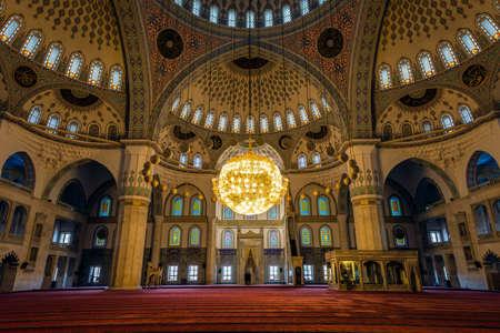 medievales: Ankara, Turqu�a - 23 de octubre, 2015: Interior de la mezquita de Kocatepe en la noche. Cada pueblo y los turistas locales d�a est�n visitando la mezquita y orar. Fotograf�a de esparza de obturaci�n lenta.
