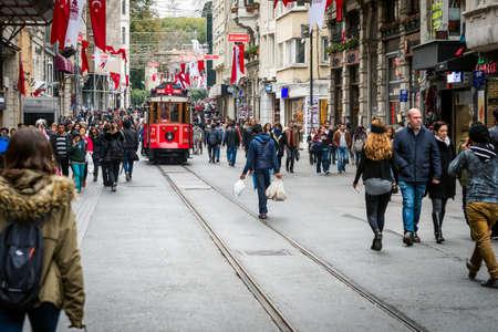 turquia: Estambul, Turqu�a - Noviembre 06, 2015: La gente que camina en la calle Istiklal, mientras nost�lgico tranv�a rojo que pasa cerca. avenida Istiklal es la calle m�s famosa de Estambul.