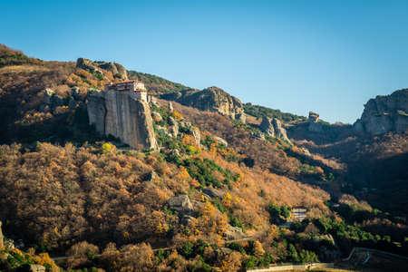monasteri: Paesaggio in Meteora in cui monasteri sono costruiti su rocce Archivio Fotografico