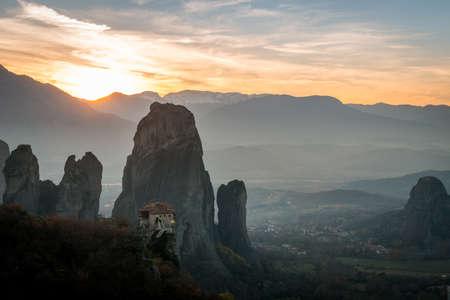 voyage: Belles monastères des Météores dans le coucher du soleil en Grèce.