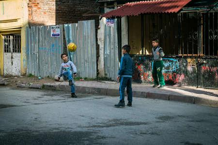 Istanbul, Türkei - 12. Januar 2016: Drei Jungen spielen Ball in der Straße von Istanbul, Türkei