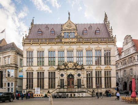 medievales: Bremen, Alemania - 28 may, 2015: La gente est� caminando en las calles cerca de la casa gremial de los comerciantes en Bremen, Alemania