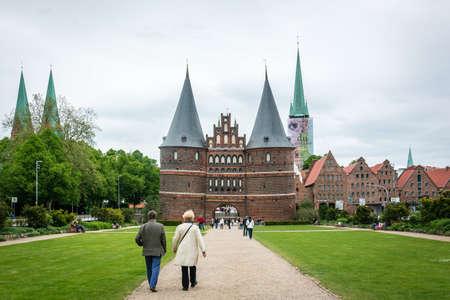 medievales: L�beck, Alemania - 31 de mayo de 2015: La gente est� gastando el tiempo cerca de la puerta de Holsten de L�beck en Alemania
