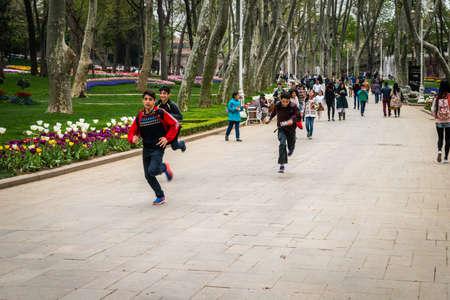 Istanbul, Turquie - Avril 08, 2016: Les habitants et les touristes profitent du printemps dans le parc de Gulhane. Il est le plus ancien parc public à istanbul