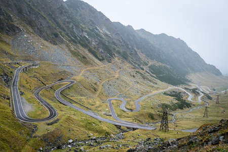 empedrado: Transfagarasan is a paved mountain road crossing the southern section of the Carpathian Mountains of Romania