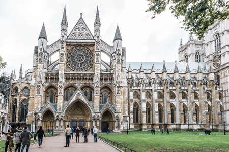 ロンドン、イギリス - 2016 年 10 月 20 日: 人々 が訪問し、ロンドンのウェストミン スター寺院の写真を撮る 報道画像