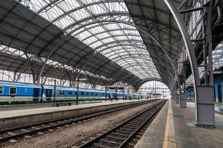 Praga, República Checa - 05 de marzo de 2018: estación de tren principal y más grande de Praga. La plataforma de la estación de tren moderno cerca del edificio histórico en Praga, República Checa Editorial