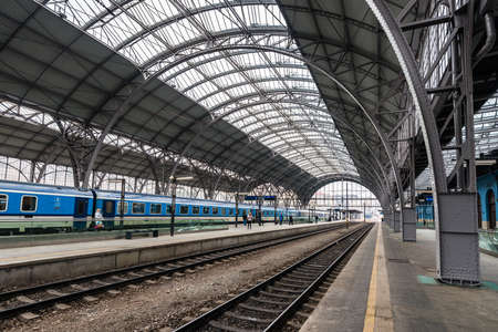 Prague, République tchèque - 5 mars 2018 : Gare principale et la plus grande de Prague. Plate-forme de gare moderne près du bâtiment historique à Prague, République Tchèque Éditoriale