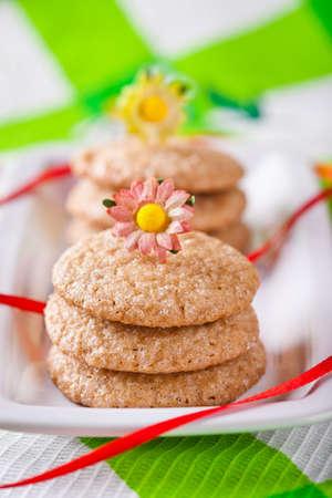 galletas de jengibre: Galletas hechas en casa de jengibre en un plato blanco