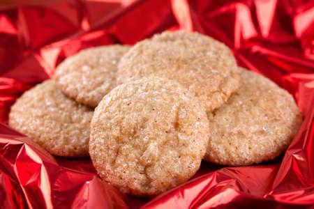 galletas de jengibre: Galletas hechas en casa de jengibre sobre fondo rojo