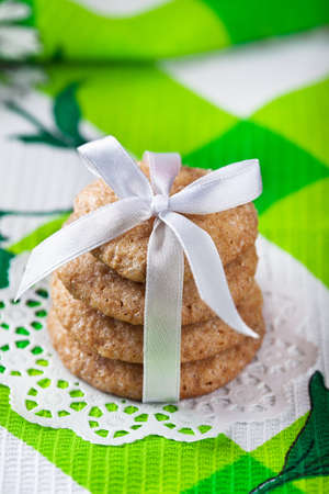galletas de jengibre: Pila de galletas de jengibre atadas con la cinta blanca Foto de archivo
