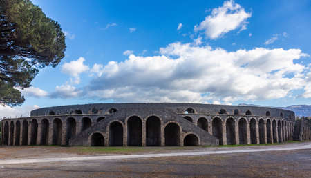 Roman gladiatorial arena in the city of Pompeii located at the foot of Mount Vesuvius, Italy Banque d'images