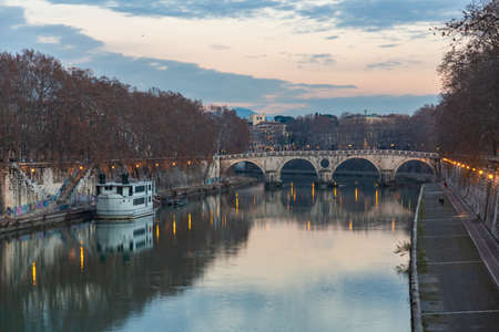 Ancient Roman stone bridge over the Tiber River, Rome, Italy Imagens