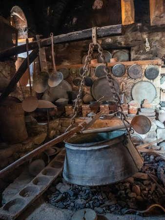 Alte Utensilien und Herd mit einem Kessel in der alten Küche im Kloster Megala Meteora in der Region Meteora, Griechenland