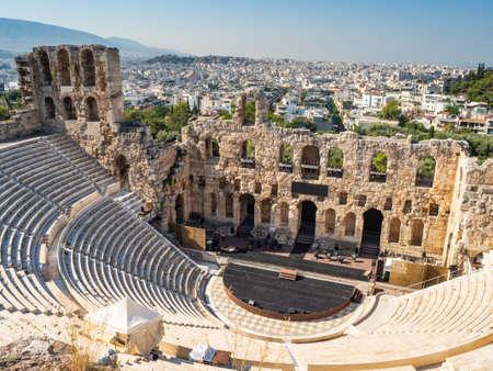 Blick auf das Odeon von Gerod von der Höhe der Akropolis von Athen, Griechenland