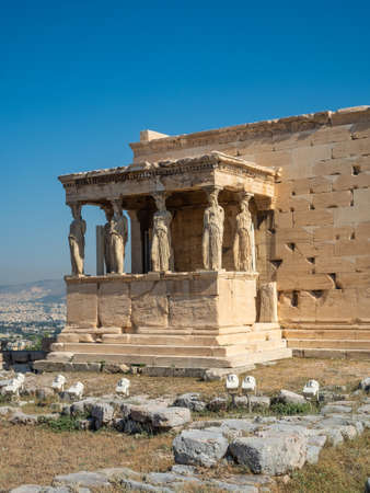 Erechtheion - an ancient Greek temple with a portico and six caryatids, built in honor of Athens and Poseidon, Greece Banque d'images - 125336267
