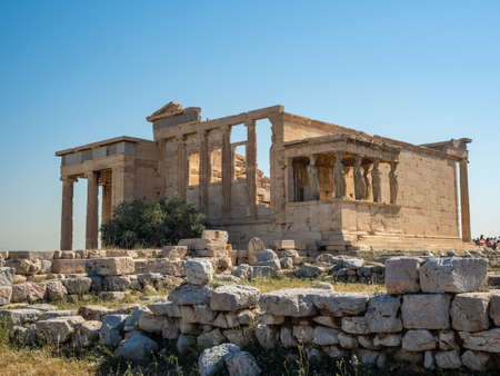 Erechtheion - an ancient Greek temple with a portico and six caryatids, built in honor of Athens and Poseidon, Greece Banque d'images - 125336271