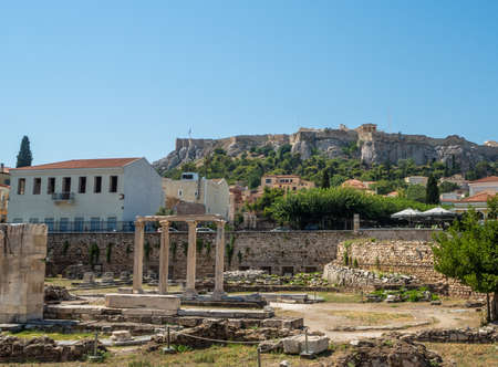 Ancient ruins of buildings and the remains of a colonnade in the Roman Agora with the Acropolis in the background in Athens, Greece Banque d'images - 125336279