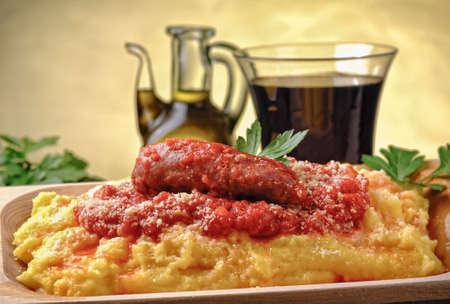 embutidos: polenta italiana con salchichas cocidas