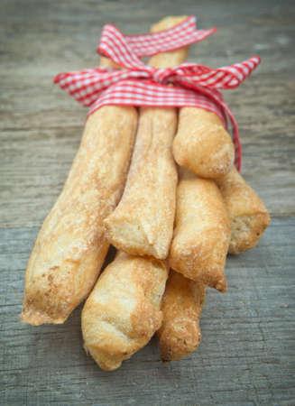 gressins: Breadsticks b�tonnets de pain sur la table en bois