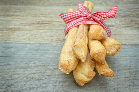 gressins: Breadsticks bâtonnets de pain sur la table en bois