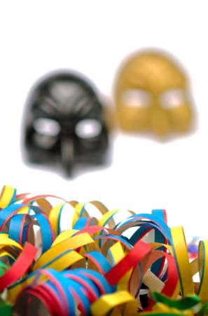 serpentinas: Serpentinas y máscaras de carnaval en el fondo blanco Foto de archivo