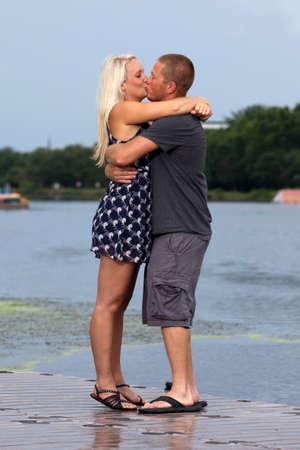 verlobt: Happy attraktives Paar küssen