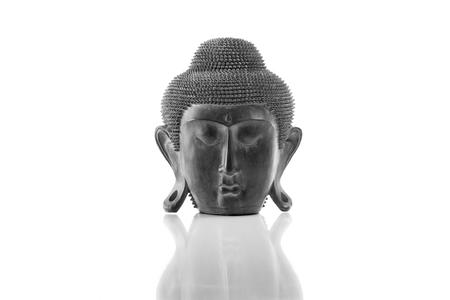 cabeza de buda: Cabeza de Buda sobre un fondo blanco, aislado y con la reflexi�n