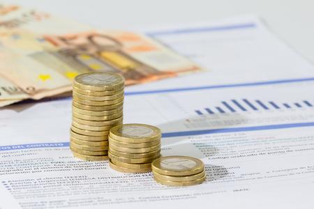eficiencia: Cierre de factura de servicios públicos y monedas para el pago. Foto de archivo