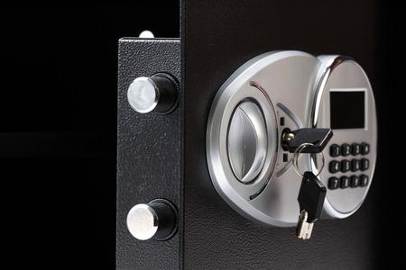teclado numérico: caja fuerte de metal negro abierto con el sistema numérico teclado bloqueado, primer plano, en el fondo blanco