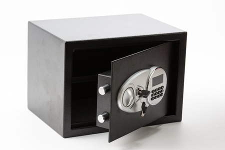 teclado numérico: Opened black metal safe box with numeric keypad locked system and keys on white  background