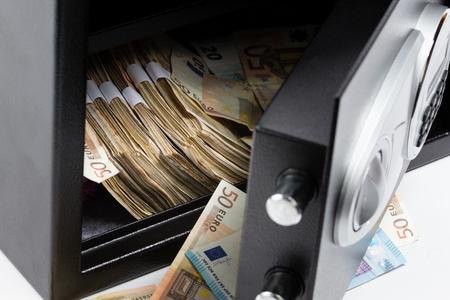 Open kluis, stapel geld, eurobankbiljetten
