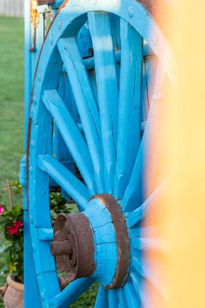 carreta madera: vendimia de carro de madera azul, usado como un objeto decorativo. De cerca Foto de archivo
