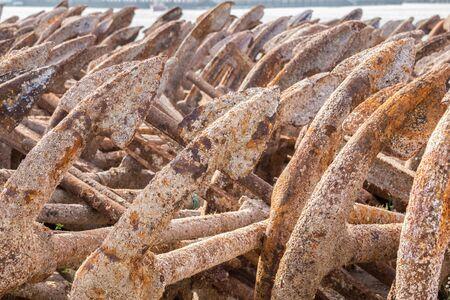 atun rojo: oxidada vieja ancla en el puerto de Barbate, Cádiz, anclas Spain.These se utilizan en el proyecto de redes para la pesca tradicional de atún rojo.